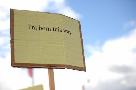 שלט: כך נולדתי