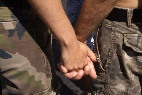 זוג הומואים אוחזים ידיים.