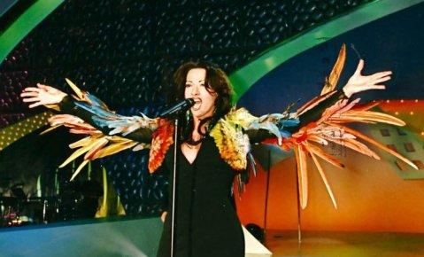 """דנה אינטרנשיונל לבושה בשמלת הנוצות (""""התוכי"""") שעיצב ז'אן פול גוטייה. צילום: EBU"""