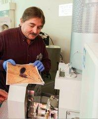 טים רוז (Rose), אחד החוקרים, ומכשיר מיקרואנליזת קרני X