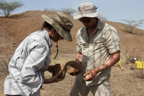 הרמאנד ולואיס בוחנים כלים שנחשפו בחפירה
