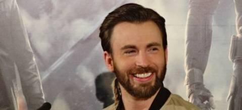 כריס אוונס בחיוך חושף שיניים