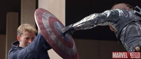 קפטן אמריקה משתמש במגן שלו כדי לבלום את חייל החורף