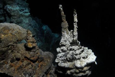 טירתו של לוקי – נביעה הידרותרמית (נביעת מים חמים) בקרקעית האוקיינוס האטלנטי, בין גרינלנד לנורבגיה