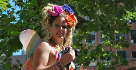 צלמת בלבוש פיה במצעד הגאווה 2013 בסן פרנסיסקו
